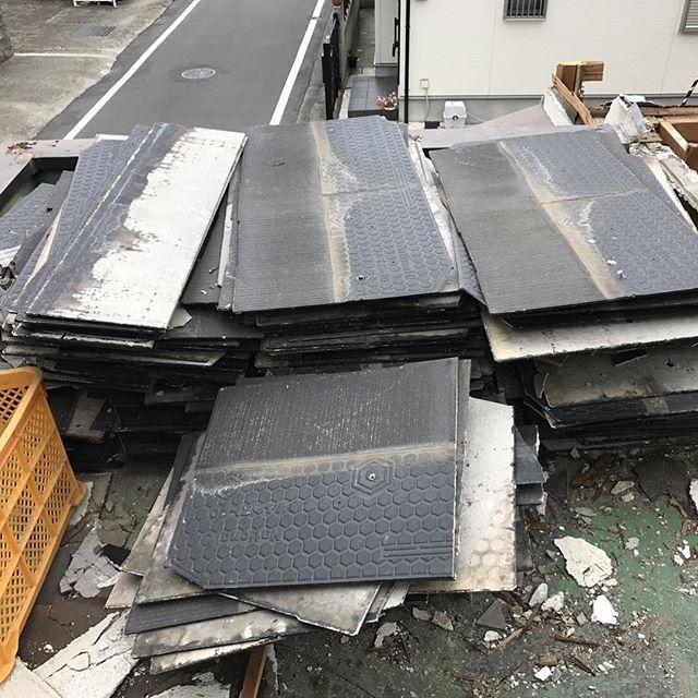 #大阪解体見積もりアスベスト、カラーベスト処分状況カラーベストはアスベストの中でも非悲飛散物ではないので密閉処分は不必要です。アスベスト処分には、十分に気をつけて、指定運搬業者へ依頼する事をオススメします。